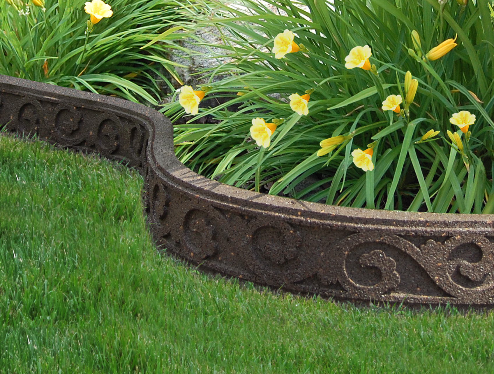 Diy tips to go green while getting your backyard ready for for Cheap diy garden edging